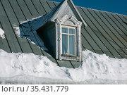 Carved platbands on windows in the Russian style, shot close-up. Стоковое фото, фотограф Валерий Смирнов / Фотобанк Лори