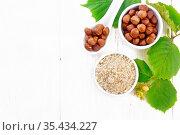 Мука и орехи фундука в чашах на доске сверху. Стоковое фото, фотограф Резеда Костылева / Фотобанк Лори