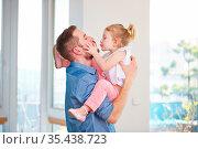 Tochter gibt ihrem Vater einen Kuss zum Vatertag. Стоковое фото, фотограф Zoonar.com/Robert Kneschke / age Fotostock / Фотобанк Лори