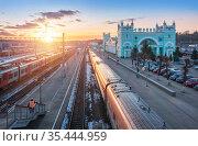 Железнодорожный вокзал и поезда на путях в Смоленске. Стоковое фото, фотограф Baturina Yuliya / Фотобанк Лори