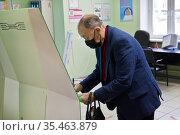 Пожилой пациент в поликлинике в маске. Редакционное фото, фотограф Victoria Demidova / Фотобанк Лори