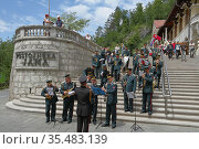 Лестница с оркестром перед входом в пещеру Postojnska jama. Постойна, Словения (2011 год). Редакционное фото, фотограф Вадим Хомяков / Фотобанк Лори