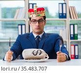 King businessman with money sack in office. Стоковое фото, фотограф Elnur / Фотобанк Лори