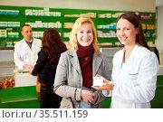 Kunden kaufen bei Apothekern in einer Apotheke ein. Стоковое фото, фотограф Zoonar.com/Robert Kneschke / age Fotostock / Фотобанк Лори