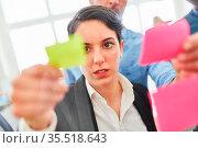 Business Frau schaut auf einen Zettel mit Projekt Ideen im Brainstorming... Стоковое фото, фотограф Zoonar.com/Robert Kneschke / age Fotostock / Фотобанк Лори