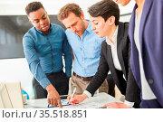 Start-Up Team plant und diskutiert im Strategie Meeting eine neues... Стоковое фото, фотограф Zoonar.com/Robert Kneschke / age Fotostock / Фотобанк Лори