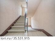 Empty entrance in apartment building stairwell beige color. Стоковое фото, фотограф Ольга Сапегина / Фотобанк Лори