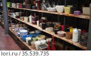 Woman chooses pots clay pots in store. Стоковое видео, видеограф Яков Филимонов / Фотобанк Лори