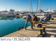 Рыбаки в морском порту Сочи ловят рыбу удочками. Редакционное фото, фотограф Владимир Сергеев / Фотобанк Лори