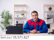 Young male repairman repairing computer. Стоковое фото, фотограф Elnur / Фотобанк Лори