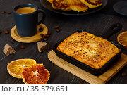 Творожная запеканка и чашка кофе на черном столе. Сервировка завтрака. Стоковое фото, фотограф ирина реброва / Фотобанк Лори