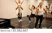 Sporty guys and girls performing beautiful dance elements. Стоковое видео, видеограф Яков Филимонов / Фотобанк Лори