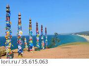 Шаманские столбы, перевязанные разноцветными лентами на острове Ольхон на озере Байкал (2015 год). Редакционное фото, фотограф Елена Перминова / Фотобанк Лори