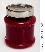 Closed glass jar of raspberry jam. Стоковое фото, фотограф Яков Филимонов / Фотобанк Лори