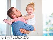 Familie mit alleinerziehendem Vater und seiner Tochter zu Hause. Стоковое фото, фотограф Zoonar.com/Robert Kneschke / age Fotostock / Фотобанк Лори
