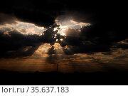 Schoene warme sonnenstrahlen und schwarze wolken nach einem gewitter. Стоковое фото, фотограф Zoonar.com/thomas eder / age Fotostock / Фотобанк Лори