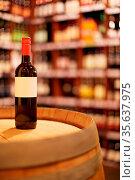 Eine Flasche Rotwein steht mit leerem Etikett im Handel. Стоковое фото, фотограф Zoonar.com/Robert Kneschke / age Fotostock / Фотобанк Лори