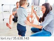 Glückliche Mutter beim Ball spielen mit ihrem Sohn und mit Vater ... Стоковое фото, фотограф Zoonar.com/Robert Kneschke / age Fotostock / Фотобанк Лори