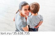 Porträt einer glücklichen Mutter mit ihrem Sohn vor dem Laptop Computer. Стоковое фото, фотограф Zoonar.com/Robert Kneschke / age Fotostock / Фотобанк Лори