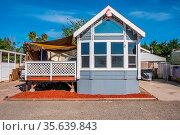 Lake Elsinore, CA, USA - May 7, 2020: A small resthouse cottages ... Стоковое фото, фотограф Zoonar.com/Cheri Alguire ImagesByCheri.com / age Fotostock / Фотобанк Лори