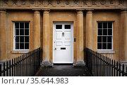 Curved terrace of Georgian Town houses in The Circus, Bath, England. Стоковое фото, фотограф Zoonar.com/MVDBERK / easy Fotostock / Фотобанк Лори