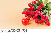Большой букет красных тюльпанов и сердце. Нежное признание в любви. Стоковое фото, фотограф Наталья Гармашева / Фотобанк Лори