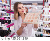 girl choosing face powder. Стоковое фото, фотограф Яков Филимонов / Фотобанк Лори