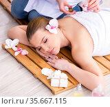 Young woman during spa procedure in salon. Стоковое фото, фотограф Elnur / Фотобанк Лори