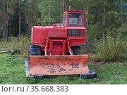 ТДТ-55 - гусеничный трелёвочный трактор на опушке леса (2018 год). Редакционное фото, фотограф Виктор Карасев / Фотобанк Лори