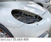 Белый автомобиль Porsche Panamera без передней фары. Редакционное фото, фотограф Мария Кылосова / Фотобанк Лори