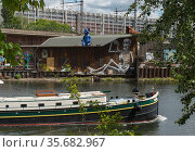 Berlin, Germany - The river Spree at the level of the club Kater Blau (2020 год). Редакционное фото, агентство Caro Photoagency / Фотобанк Лори