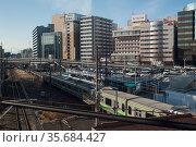 Yokohama, Japan, train at Shin-Yokohama Station with buildings in the background (2017 год). Стоковое фото, агентство Caro Photoagency / Фотобанк Лори