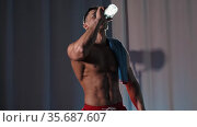 Sports training - athletic muscular shirtless man drinking water from the bottle. Стоковое видео, видеограф Константин Шишкин / Фотобанк Лори