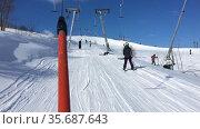 Подъем на гору на бугельном подъемнике на горнолыжном курорте. Стоковое видео, видеограф Кекяляйнен Андрей / Фотобанк Лори