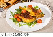 Tasty snack - roasted chicken legs. Стоковое фото, фотограф Яков Филимонов / Фотобанк Лори