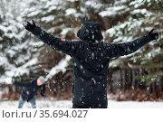 Young Happy friends enjoying throwing Snow balls, Having Fun in a... Стоковое фото, фотограф Zoonar.com/DAVID HERRAEZ CALZADA / easy Fotostock / Фотобанк Лори