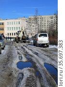 Рабочие муниципальной службы чистят улицу от снега и льда в 21 микрорайоне города Балашихи (2021). Московская область, Россия. Редакционное фото, фотограф Bala-Kate / Фотобанк Лори