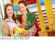 Mutter und Tochter kaufen gemeinsam im Supermarkt ein. Стоковое фото, фотограф Zoonar.com/Robert Kneschke / age Fotostock / Фотобанк Лори