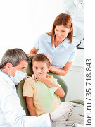 Junge mit Mutter beim Zahnarzt hält sich den Mund zu. Стоковое фото, фотограф Zoonar.com/Robert Kneschke / age Fotostock / Фотобанк Лори
