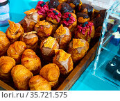 Assorted sweet yeast dough cruffins with various topping. Стоковое фото, фотограф Яков Филимонов / Фотобанк Лори