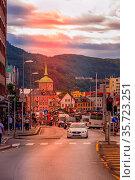 Bergen, Norway - July 30, 2018: City street sunset view with Bryggen... Стоковое фото, фотограф Zoonar.com/Nataliya_Nazarova{} / age Fotostock / Фотобанк Лори