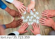 Viele Hände von Geschäftsleuten spielen mit Puzzle als Teamwork Konzept. Стоковое фото, фотограф Zoonar.com/Robert Kneschke / age Fotostock / Фотобанк Лори