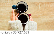 Hände wärmen sich an einem Becher Kaffee in einer Kaffeepause im ... Стоковое фото, фотограф Zoonar.com/Robert Kneschke / age Fotostock / Фотобанк Лори