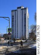 Весна в городе. Вид на многоэтажный жилой дом. Город Балашиха, Московская область, Россия. Редакционное фото, фотограф Bala-Kate / Фотобанк Лори