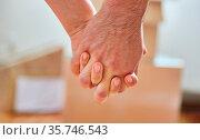 Junges Paar beim Hände halten in neuer Wohnung nach dem Umzug. Стоковое фото, фотограф Zoonar.com/Robert Kneschke / age Fotostock / Фотобанк Лори