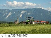 Der Landwirt bei der Arbeit zum Einbringen von Heu oder Siilage mit... Стоковое фото, фотограф ROHA-Fotothek Fuermann / age Fotostock / Фотобанк Лори