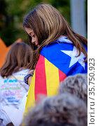 A young girl draped in the Estelada in Barcelona Catalonia, Spain... (2015 год). Редакционное фото, фотограф Andrew Wilson / age Fotostock / Фотобанк Лори