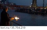 Pujari or Brahmin ,Hindu Priest Performing Ganga Pooja at Maha Kumbh Haridwar, Appleprores 422 60fps Cinetone. Редакционное видео, видеограф Devendra Rawat / Фотобанк Лори