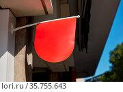 Rote Fahne als Werbung Mock-Up hängt an Hauswand von einem Geschäft. Стоковое фото, фотограф Zoonar.com/Robert Kneschke / age Fotostock / Фотобанк Лори