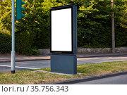 Weißes City-Light-Poster Mock-Up Template an Straße neben einer Ampel. Стоковое фото, фотограф Zoonar.com/Robert Kneschke / age Fotostock / Фотобанк Лори